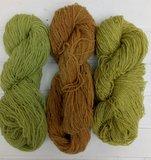 shetlandwol handgeverfd vlnr reseda met nabeits (groen), reseda met rubia (oranje), reseda (geel)